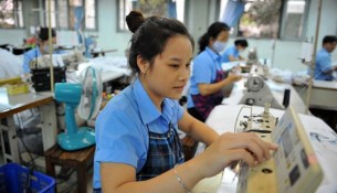Công nhân s?n xu?t t?i công ty d?t Th?ng L?i Q.Tân Bình, TP.HCM ?nh: Thanh Ð?m